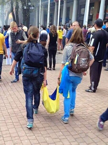 AA finanzierte Totes Molotow Cocktail Schwadron des Elmar Brok in der Ukraine